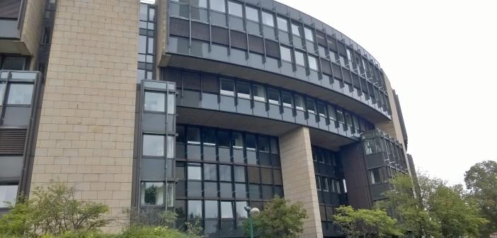 Fensterfront des Landtagsgebäudes in Düsseldorf